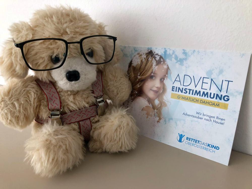 teddybaer mit Brille und Einladung fuer Adventskonzert Rettet das Kind