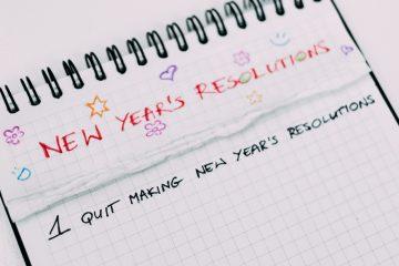Notizblock mit abgerissenen Zetteln, Text Neujahrsvorsätze
