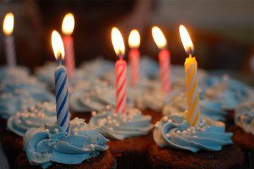 Geburtstagstorte mit brennenden Kerzen