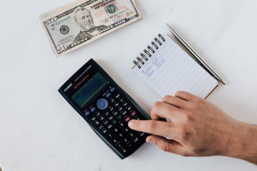 taschenrechner und notizblock mit Kostenaufstellung